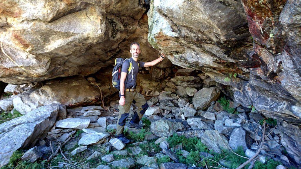 Samu sotto ad un riparo naturale formato dalla roccia