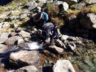 Erica ed Ivana guadano il torrente. Il sentiero prosegue ora dalla parte opposta