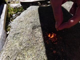 All'inizio andiamo di truciolini di legno fatti col coltello per creare la base di partenza....poi appena la fiamma tiene, aggiungiamo ciccia da ardere