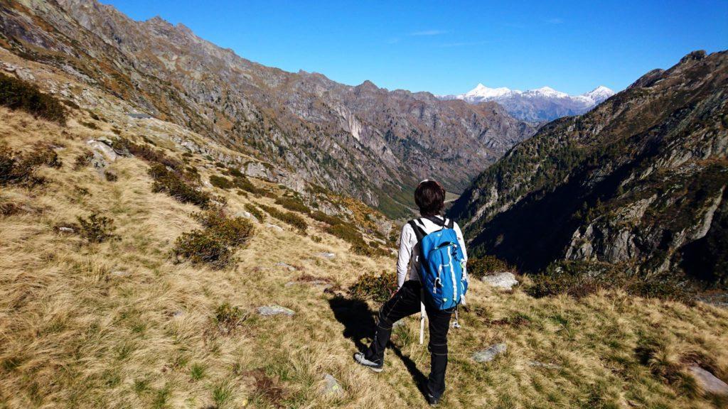 Erica si guarda indietro e gusta il bel panorama della valle nella sua interezza