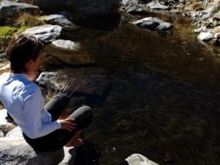 Erica decide di fare il pediluvio nel laghetto accanto al bivacco