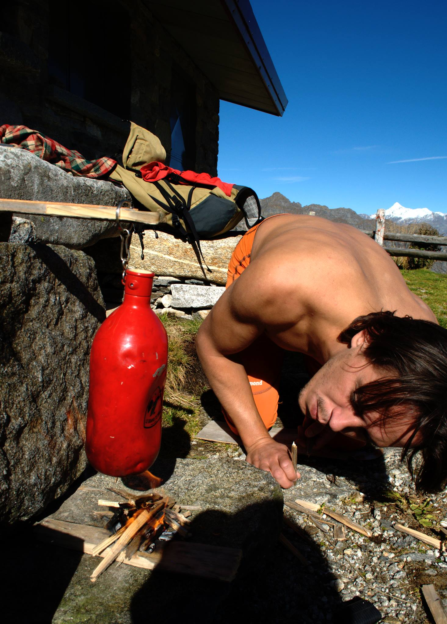 Soffio scout per tenere alta la fiamma e borraccia con l'acqua posizionata sopra con l'obiettivo di farci un bel the caldo
