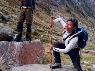 terminata la parte ripida, è arrivato il momento dell'abbandono.Erica conficca il bastone in un buco presente su questa roccia e subito ci viene in mente Semola nella Spada nella Roccia :P