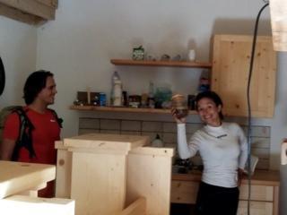 Erica mostra felice il vasetto di caffè in dotazione del bivacco.C'è praticamente tutto....persino mezza bottiglia di vino! ;) (ovviamente non ne abbiamo approfittato visto che non eravamo qui per dormire e non abbiamo portato nulla da lasciare in dono).