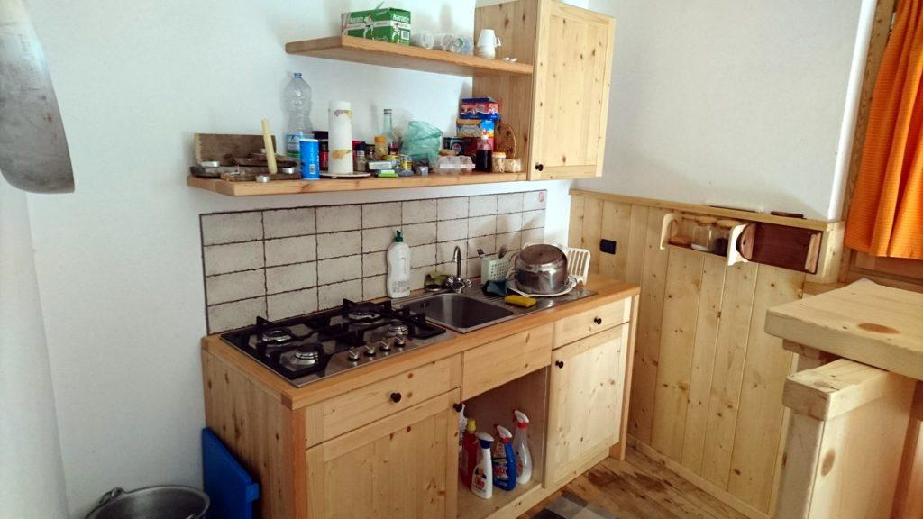 La splendida cucina del bivacco, con tanto di fornelli a gas, pentole variegate, prodotti per pulire e roba da magnare!