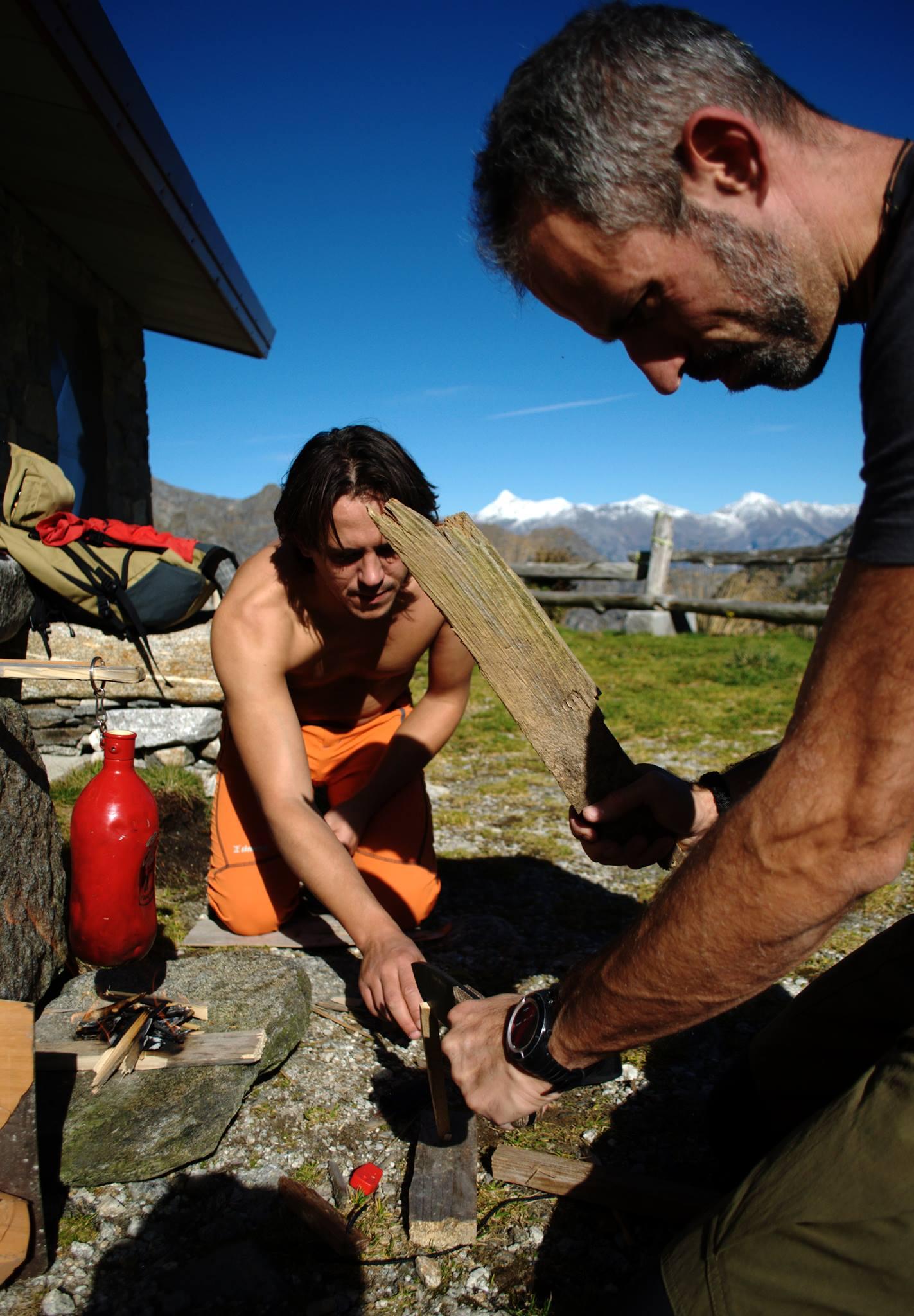 al lavoro per tagliare legnetti piccoli adatti ad alimentare il nostro fuoco