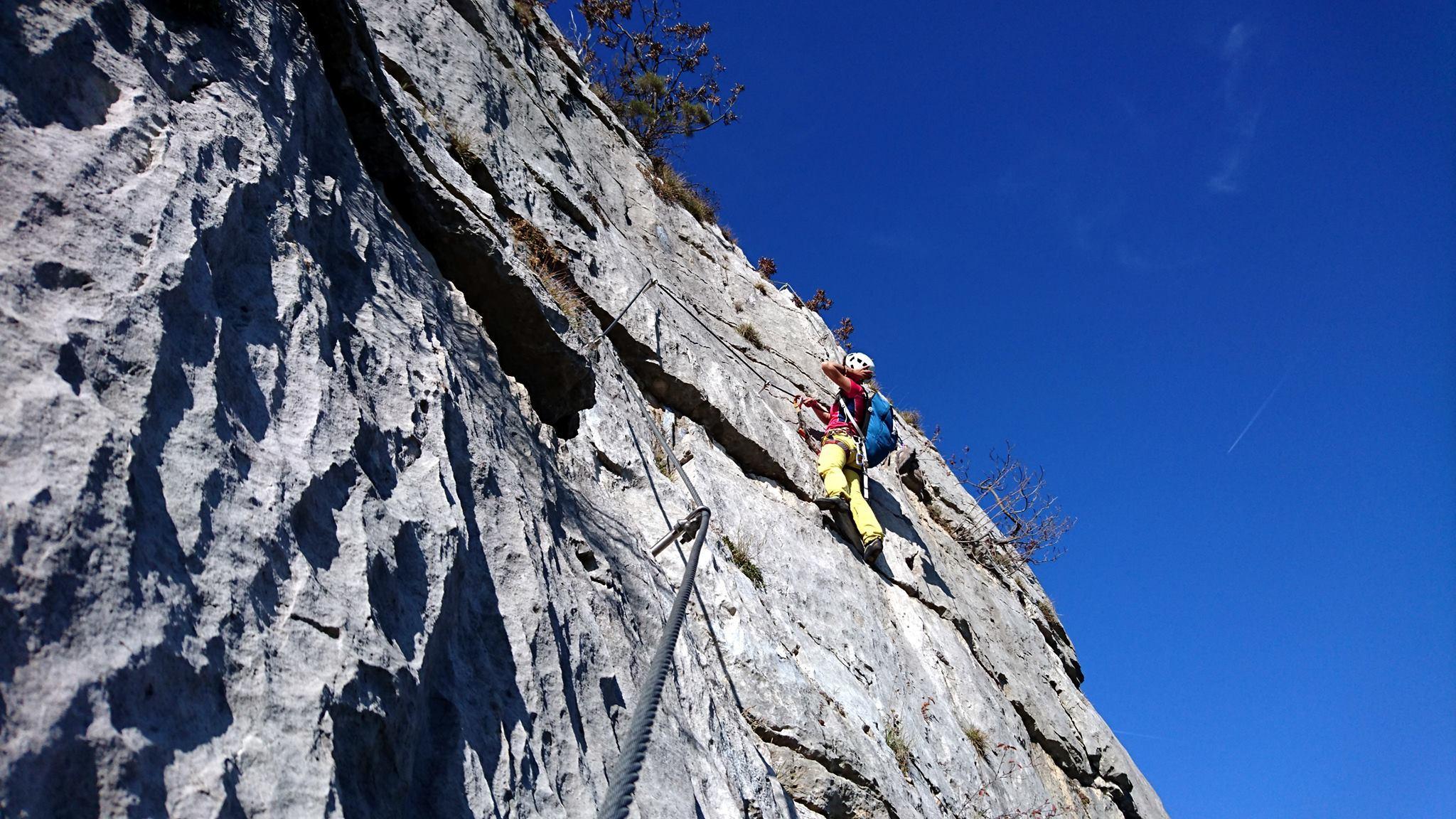 A metà dell'ultimo muro, ci sono circa 3 metri di traverso verso destra nel vuoto e poi si riparte in verticale verso la cima.Molto estetico e divertente