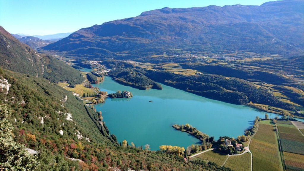 Appena ci si alza un po', appare subito questa meravigliosa vista della valle sottostante col lago di Toblino e l'omonimo castello