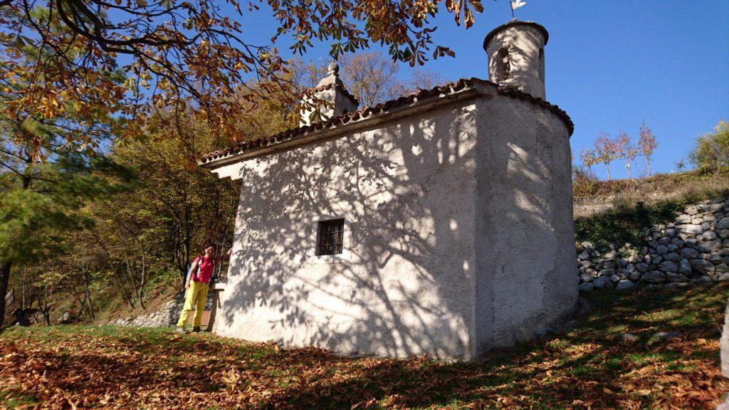 Superata la frazione, si giunge a questa chiesetta e qui si gira a sinistra seguendo il fianco della montagna che riporta a Sarche con un'oretta di cammino