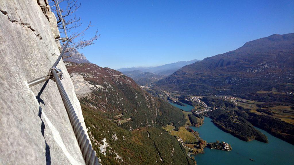 tentativo di foto artistica con la catena del traverso e il lago/castello di Toblino