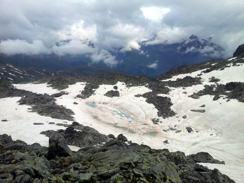 Nella valletta sottostante, il lago vagggggina, così soprannominato per la sua caratteristica forma
