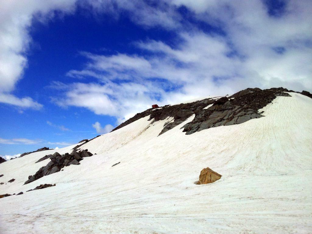 siamo arrivati sul ghiacciaio alla base della cima.sul versante opposto, raggiungibile in pochi minuti, un bel bivacco ben attrezzato