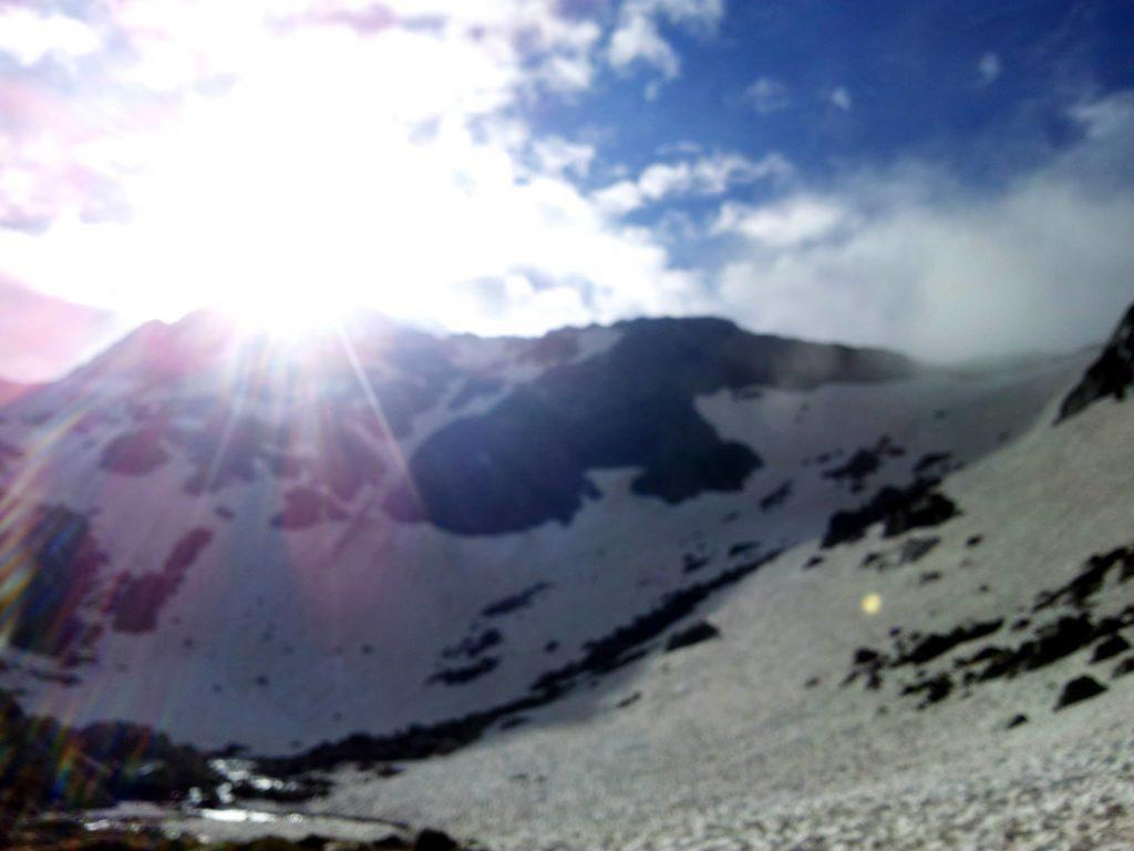 incredibile ma vero, un raggio di sole ci saluta prima della salita nevosa.durerà poco, ma è stato apprezzato