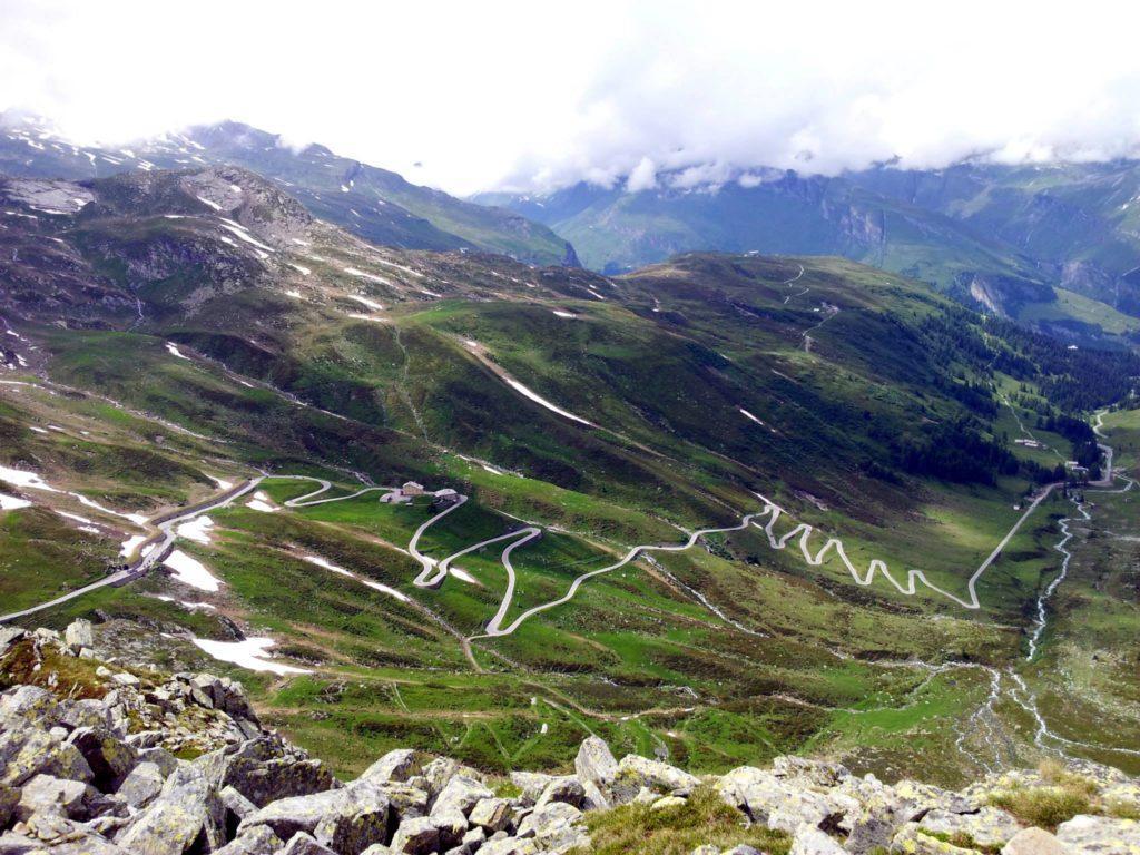 sotto di noi, i fantastici tornanti del passo dello Spluga, dal versante Svizzero