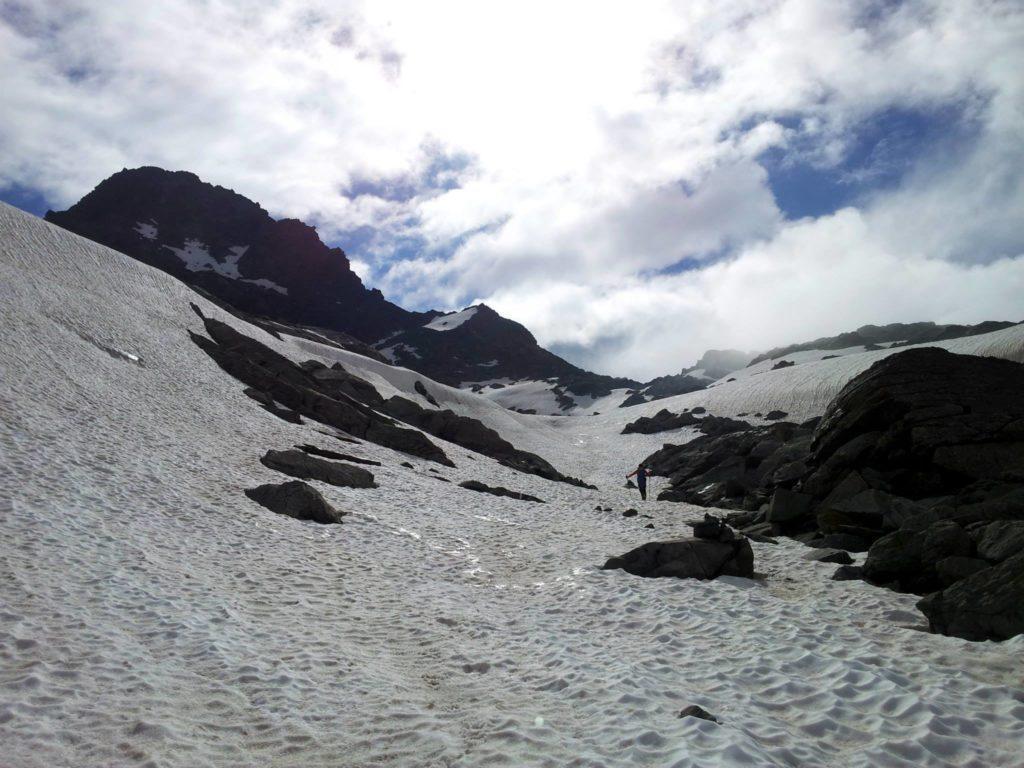 risaliamo, e il sentiero ci porta sempre più vicini alla nostra cima, che però va affrontata sul versante opposto.quindi, le giriamo intorno