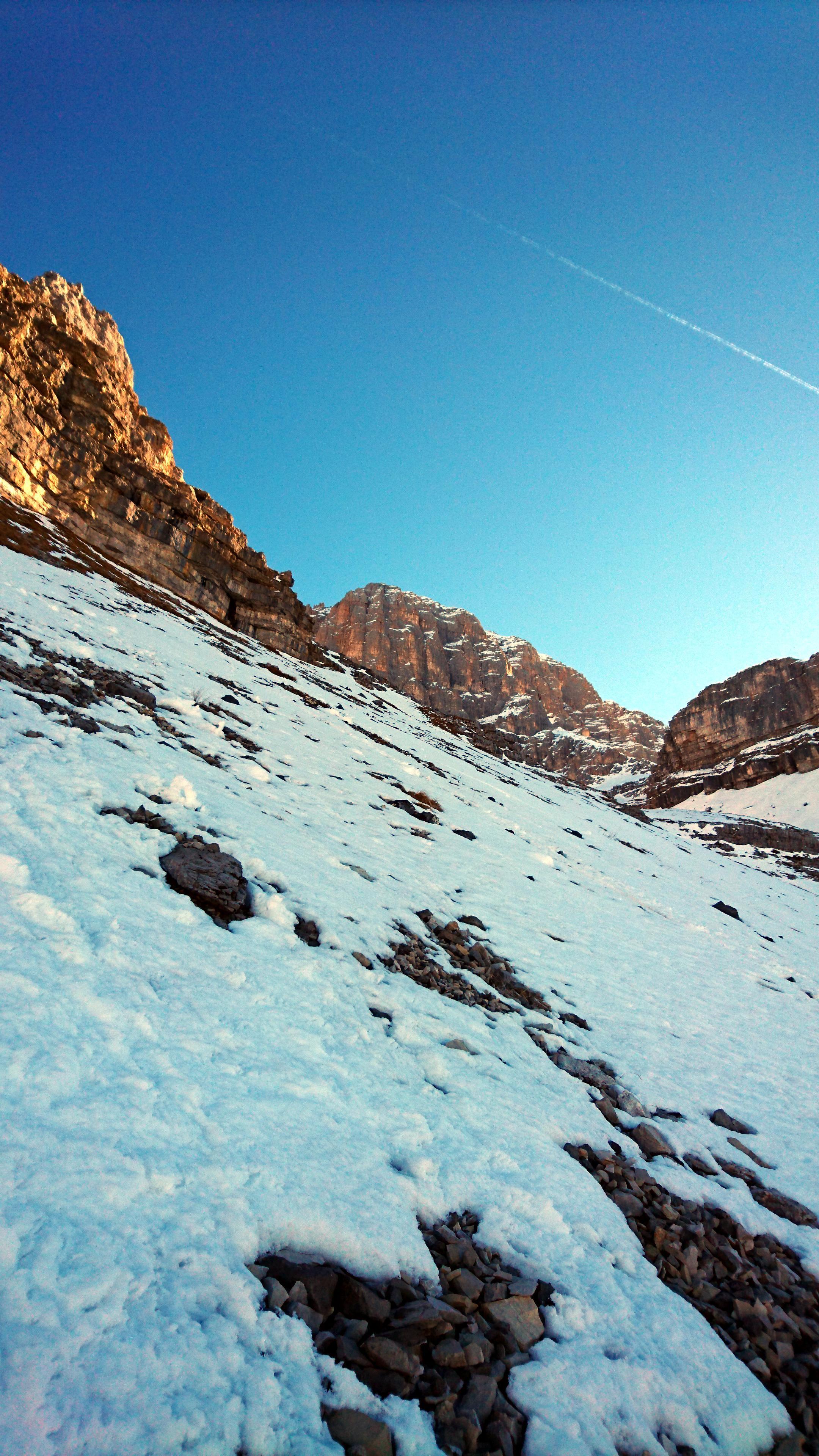 La parte finale del pendio è un po' più ripida e c'è anche meno neve. Un po' di attenzione