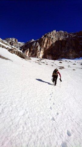 Arrivati sulla pendenza la neve è più compatta e si sale più agili
