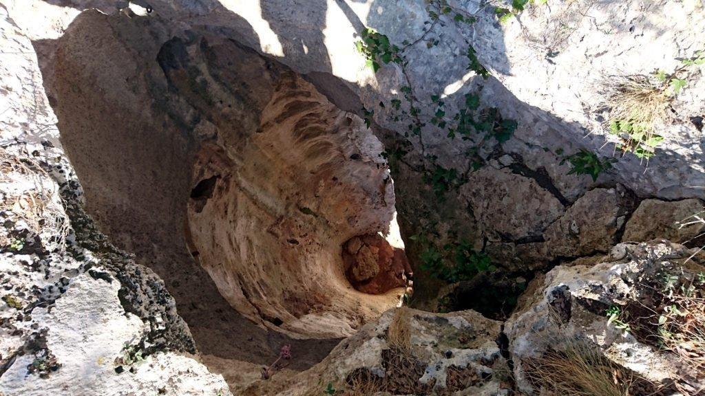 """Uno degli spettacolari """"tubi"""" della grotta dell'Edera visto dalla sommità"""