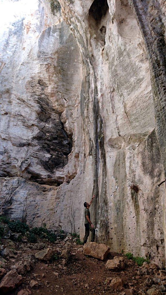 Samu studia i tiri presenti nella grotta....ma sono durissimi e chiodati a 5 metri. Impossibile per noi