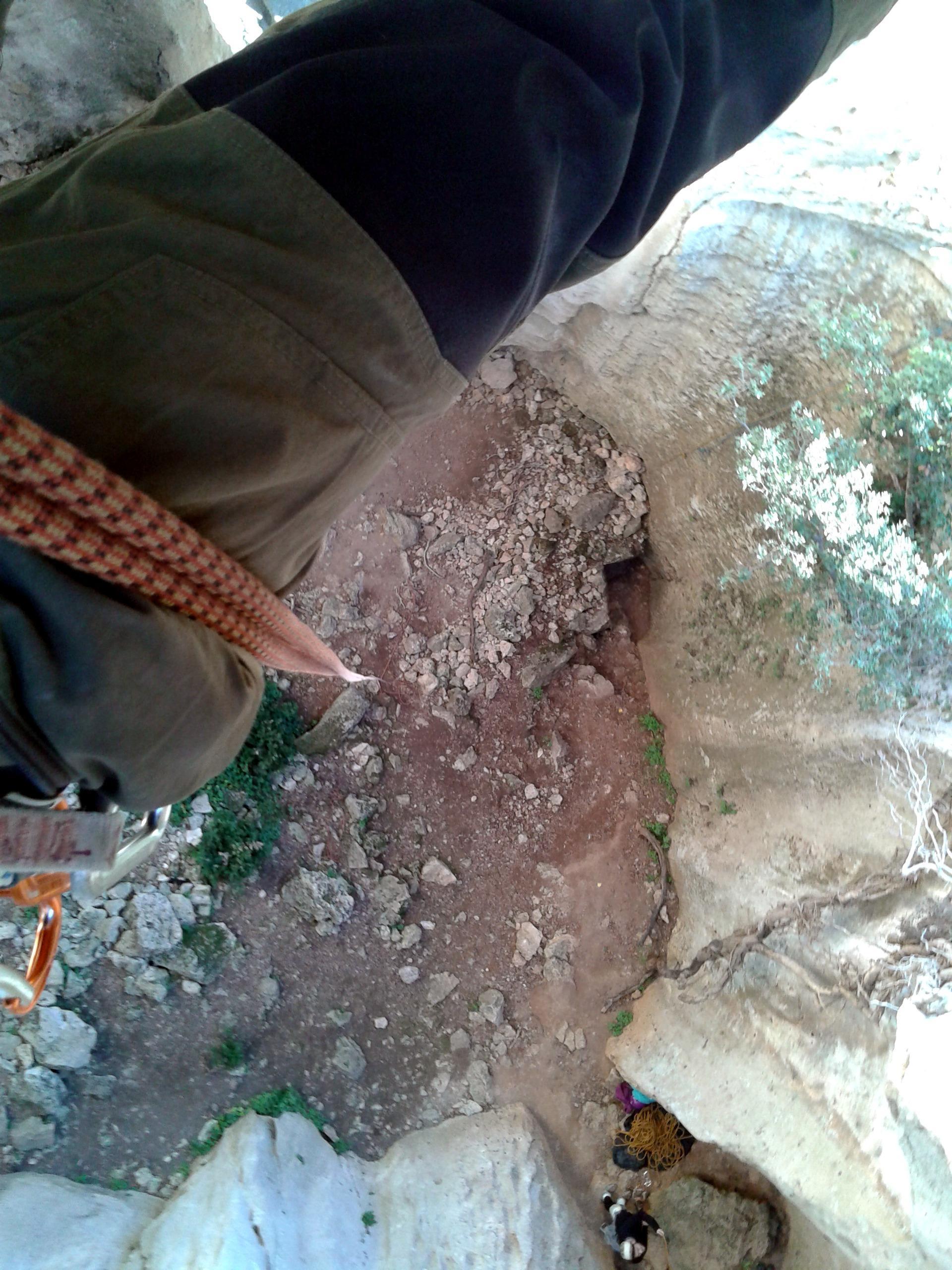 Samu in calata dalla sommità della grotta dell'Edera. Bel salto!!