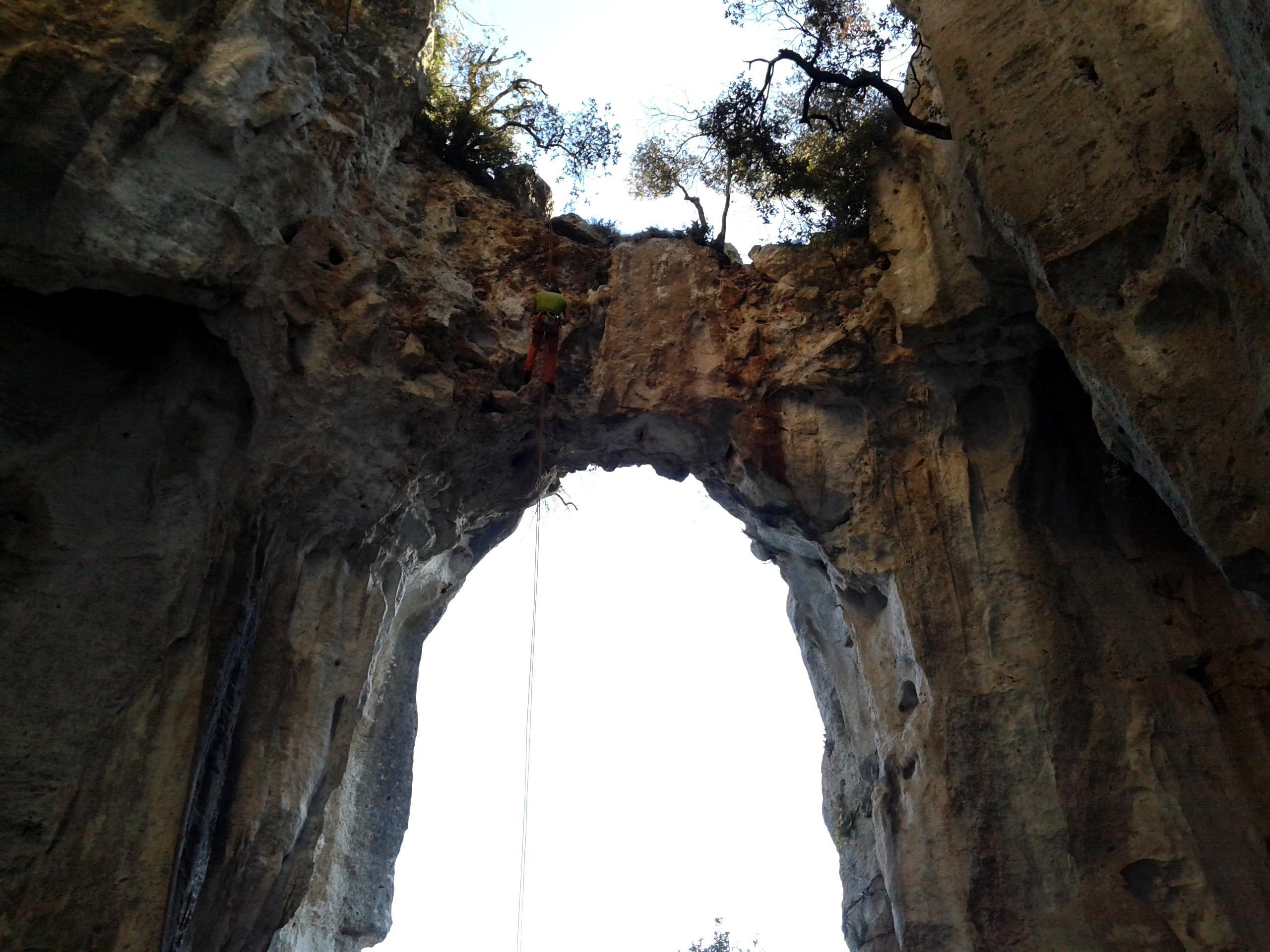 Gab inizia la calata nella grotta dell'Edera. Il primo pezzo è bello scary!!
