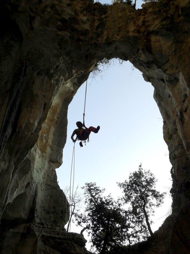 A metà della calata nella grotta dell'Edera