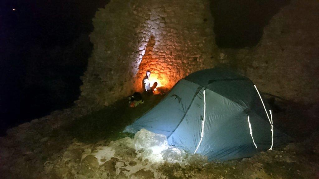 La nostra meravigliosa postazione di nanna vista in notturna con tenda montata e fuoco fatto