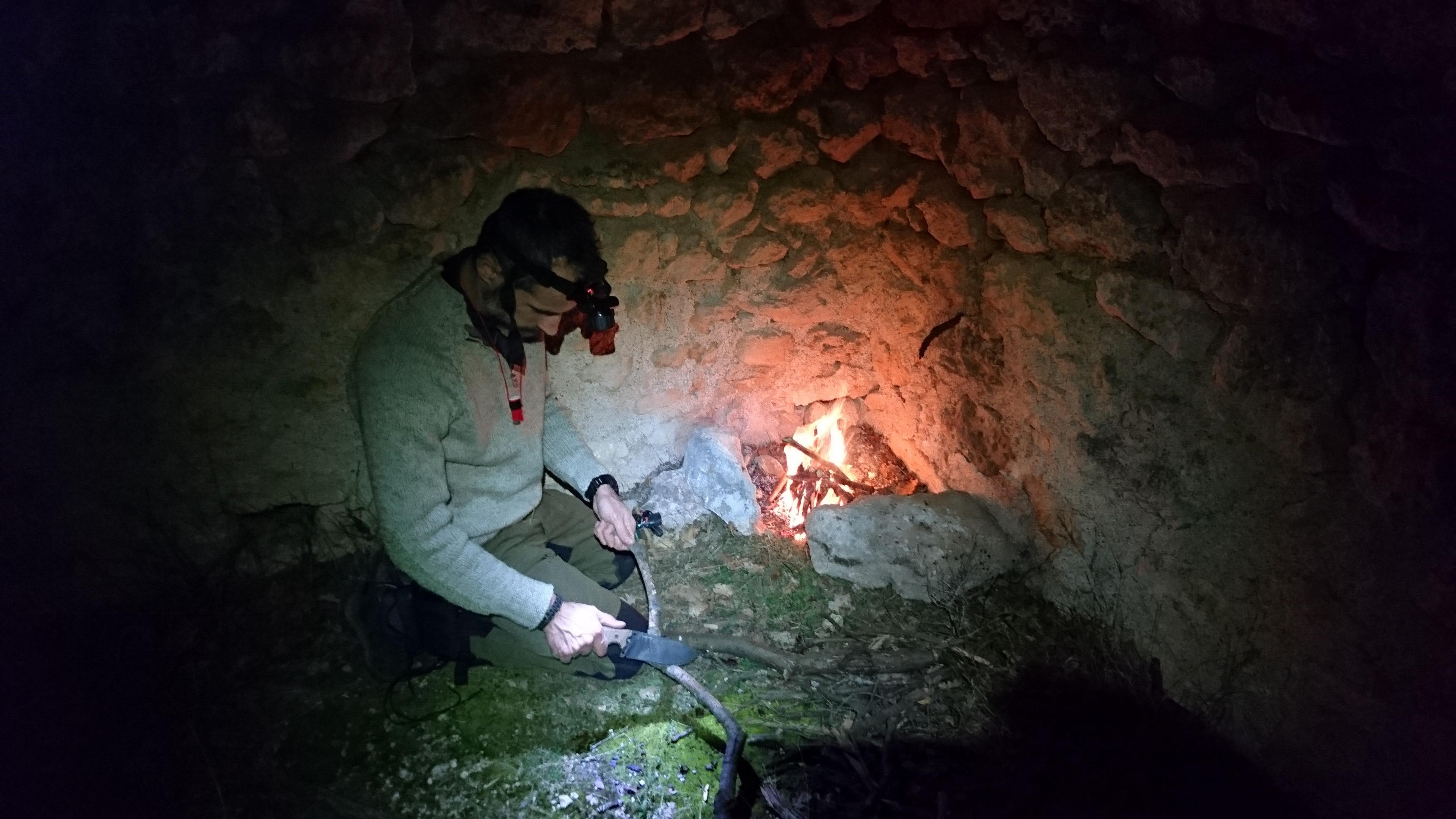 Samu gioca col suo amato coltello per preparare la legna per il fuoco