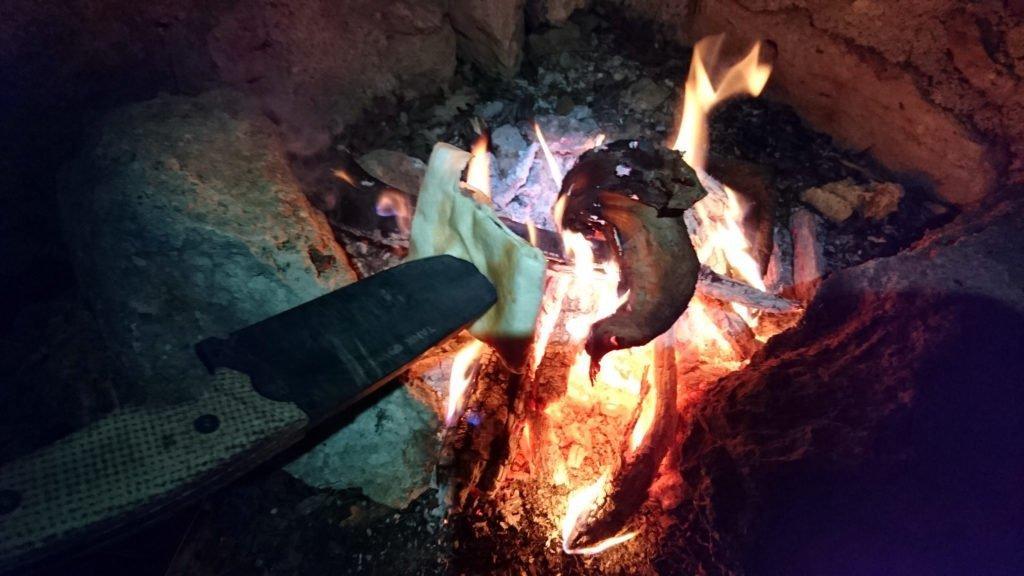 La focaccia di stamattina riscaldata sul fuoco torna ad essere buonissima!