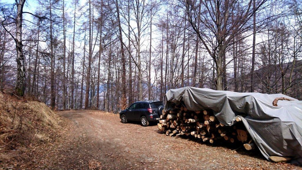 lasciamo l'auto al parcheggio dell'alpe Faievo, al termine di una strada parzialmente sterrata che da Trontano city, seguendo le indicazioni per il rifugio Parpinasca, sale abbastanza ripida. La strada è assolutamente gippabile, ma non in ottimo stato.