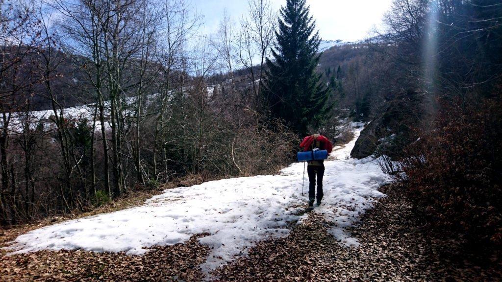 prima di arrivare al bivio per il rifugio Parpinasca ahinoi comincia ad esserci neve