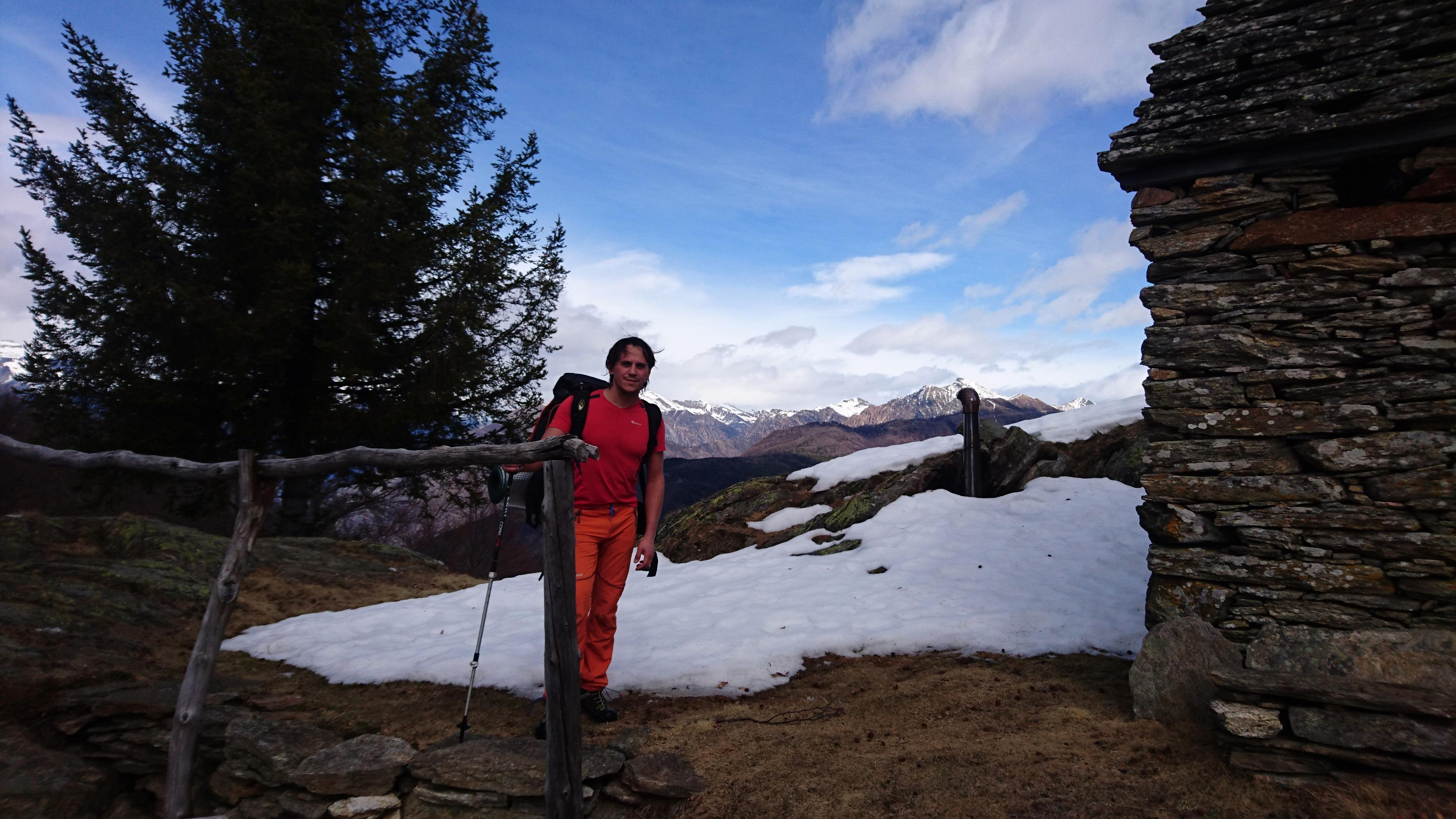 arrivati all'Alpe Drisoni iniziamo ad avere dubbi sulla riuscita della nostra escursione: gli accumuli di neve sono ancora importanti e l'esposizione di questo versante ci fa presagire che la situazione non migliorerà