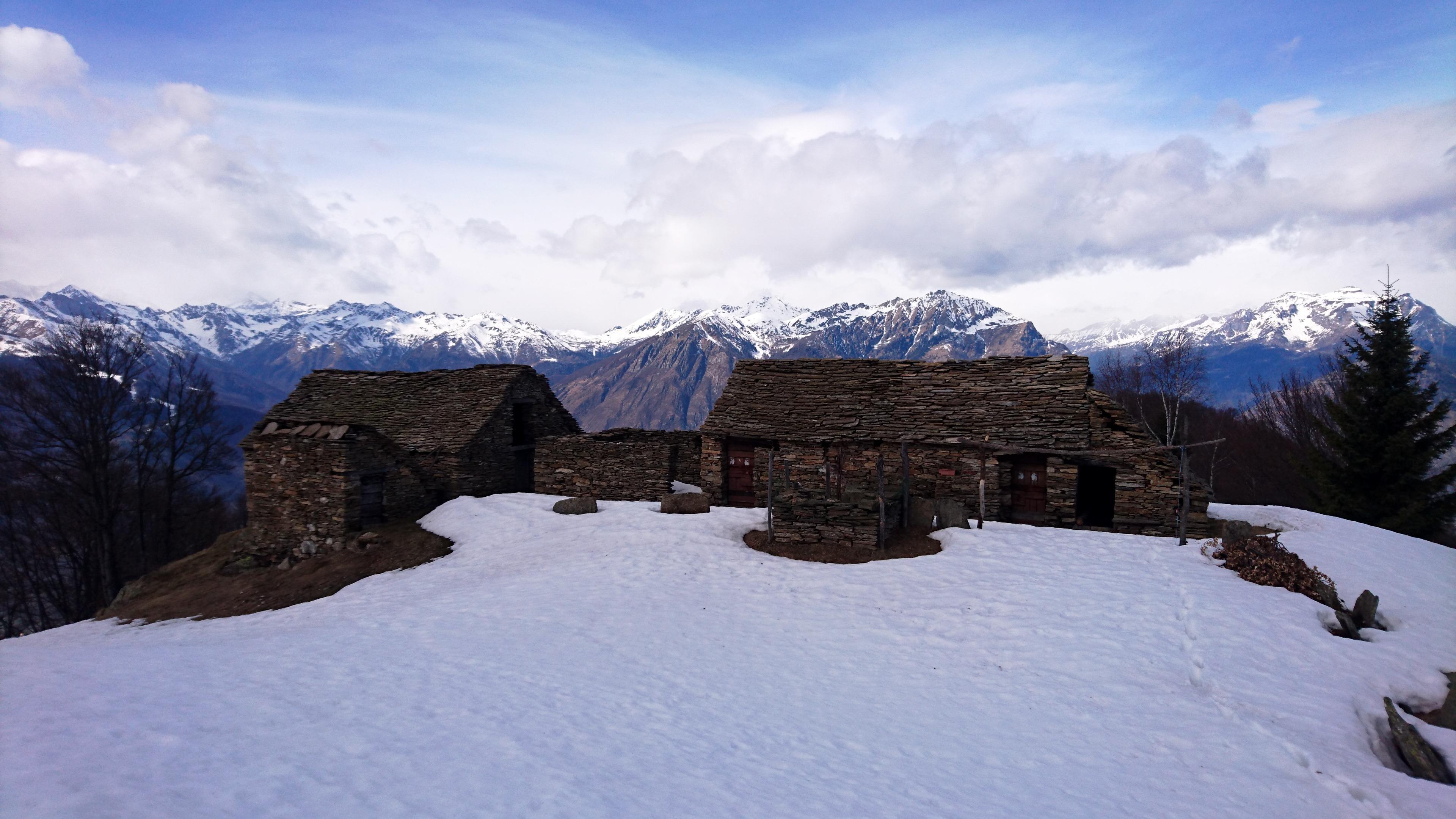 l'Alpe Drisoni e sullo sfondo le montagne dell'alta Val D'Ossola, a nord-ovest
