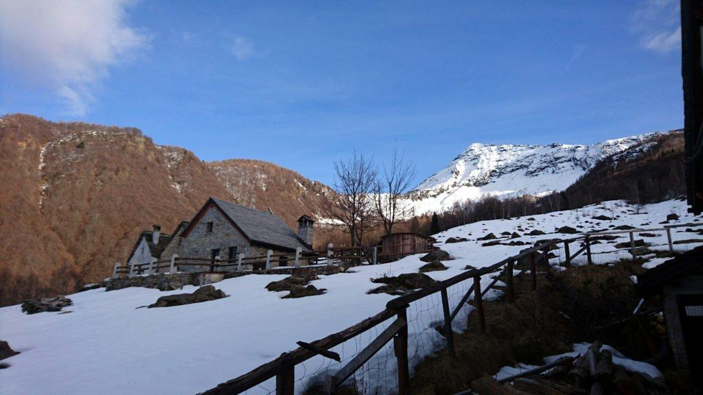 l'Alpe Parpinasca e sullo sfondo il Pizzo del Tignolino. Il passo di Basagrana, su questo versante a sinistra, avrebbe dovuto essere la nostra via di ritorno del giro ad anello e forse avrebbe potuto essere più semplice anche da percorrere all'andata.