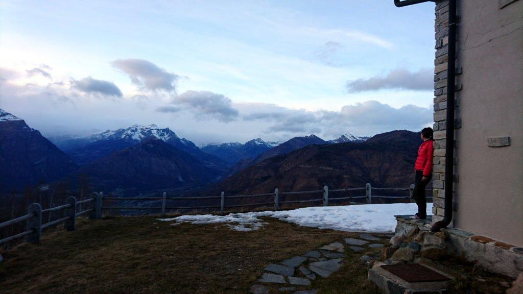 tramonto guardando verso la Svizzera, dove il fronte nuvoloso preme sulle montagne ma per fortuna lì rimarrà anche nella giornata successiva