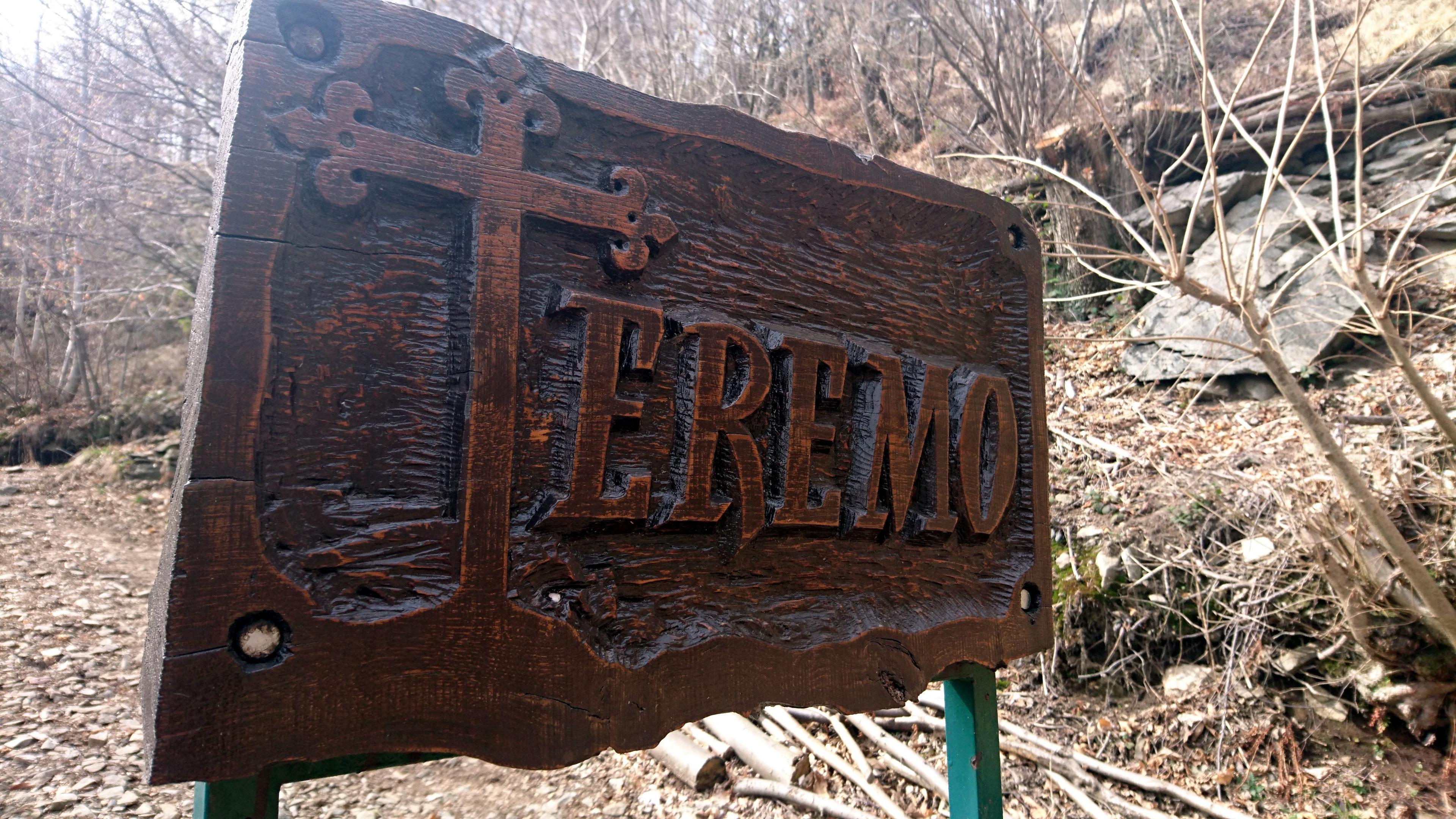 arriviamo all'Alpe Vercio, più precisamente a quello che questo sobrio cartello ci indica essere l'Eremo