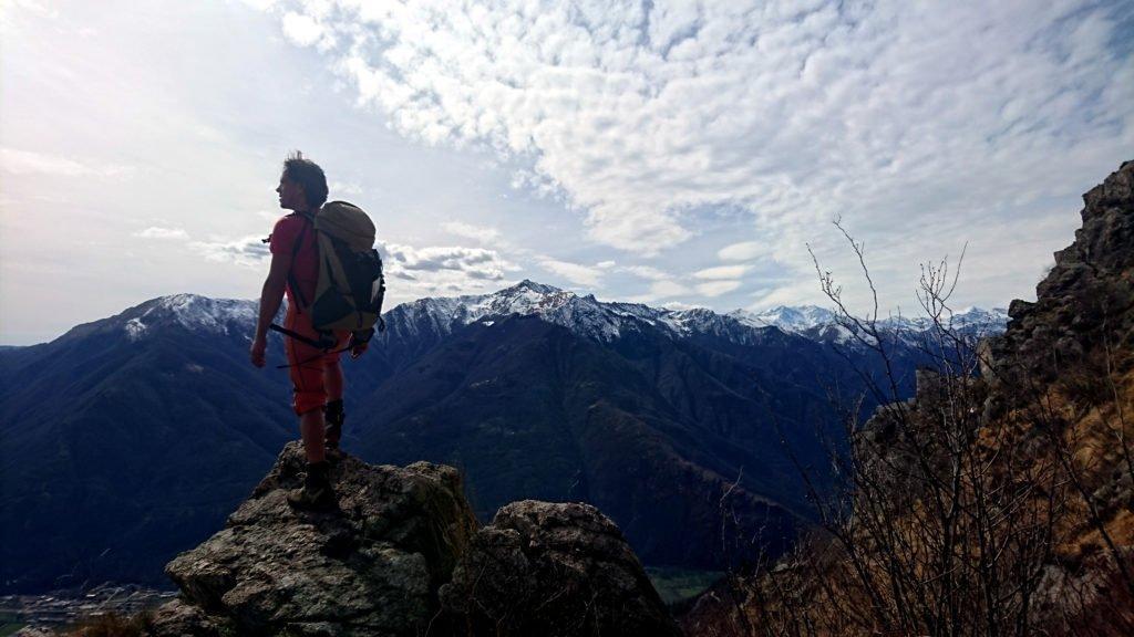 di fronte a noi il Monte Massone, l'Eyehorn e il Capezzone con qualche traccia di neve