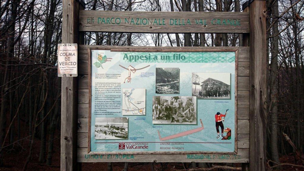 sulla Colma un cartello del Parco ricorda che qui arrivava la teleferica, di cui rimangono i resti di un pilone, impiegata per il trasporto del legname dall'interno della Val Grande