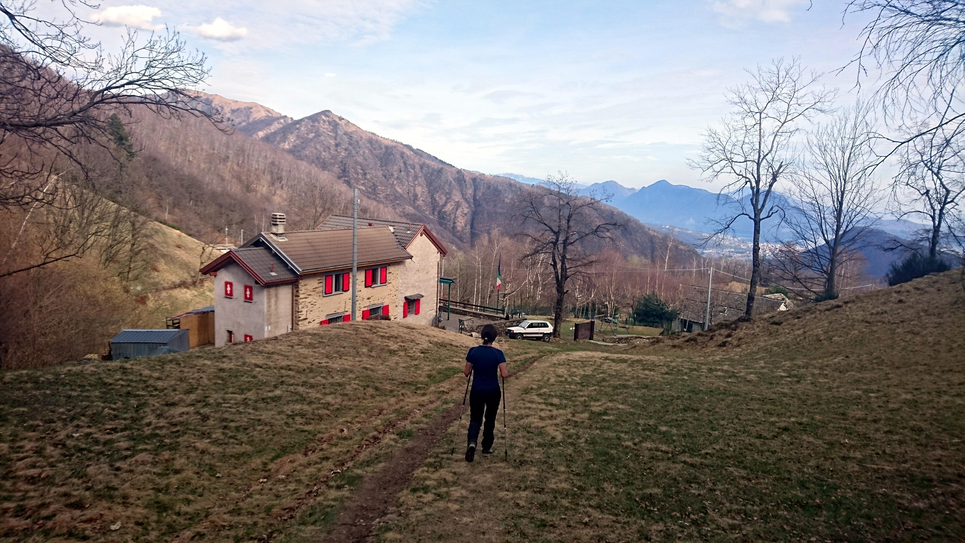 arriviamo infine all'Alpe Ompio, in vista del Rifugio Cai Fantoli: vista la vicinanza con l'accesso stradale carrabile la struttura è frequentatissima anche da persone che ne fanno la meta della loro escursione