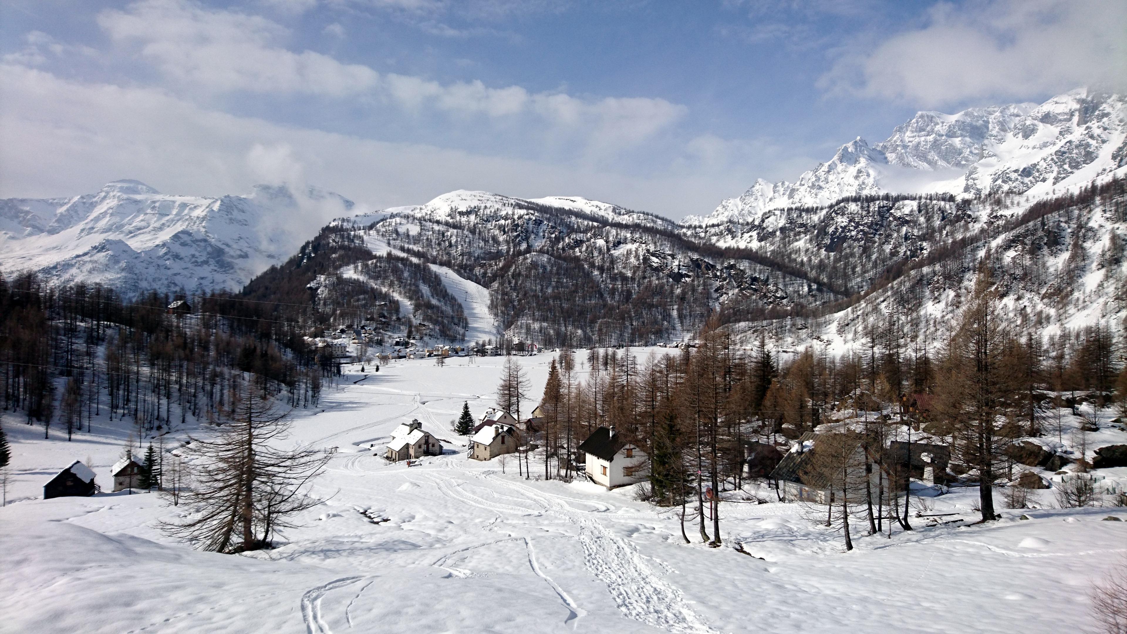 Subito a monte della piana di Devero in direzione della frazione Crampiolo. Vista verso il Cazzola e le piste da sci