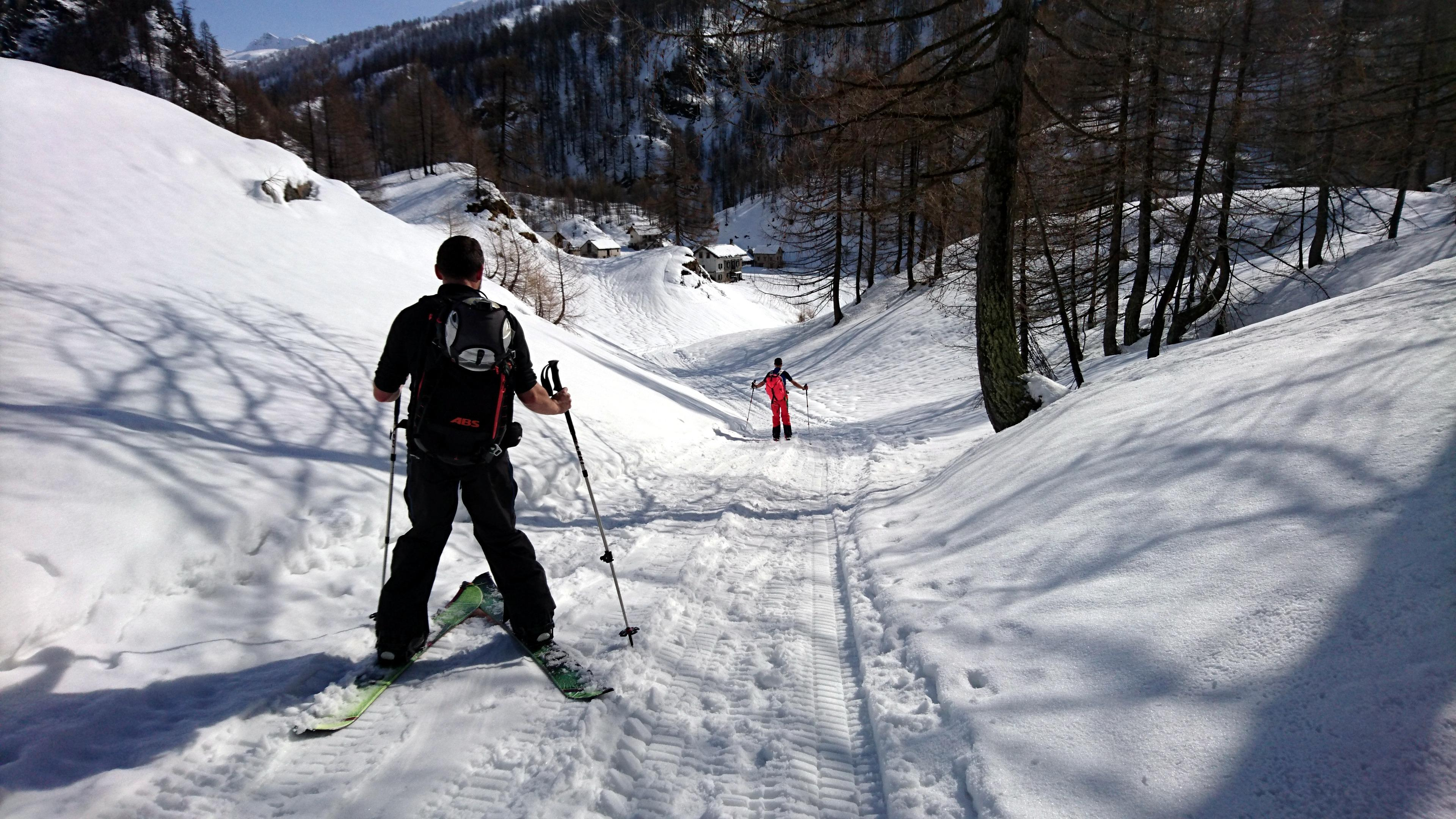 Seguiamo il sentiero invernale verso Crampiolo che è decisamente più da ciaspolatori che da skialpers. I miei amici mi sfottono per la scelta della gita, ma alla prima discesa...non rideranno più con le loro splitboard! ;)