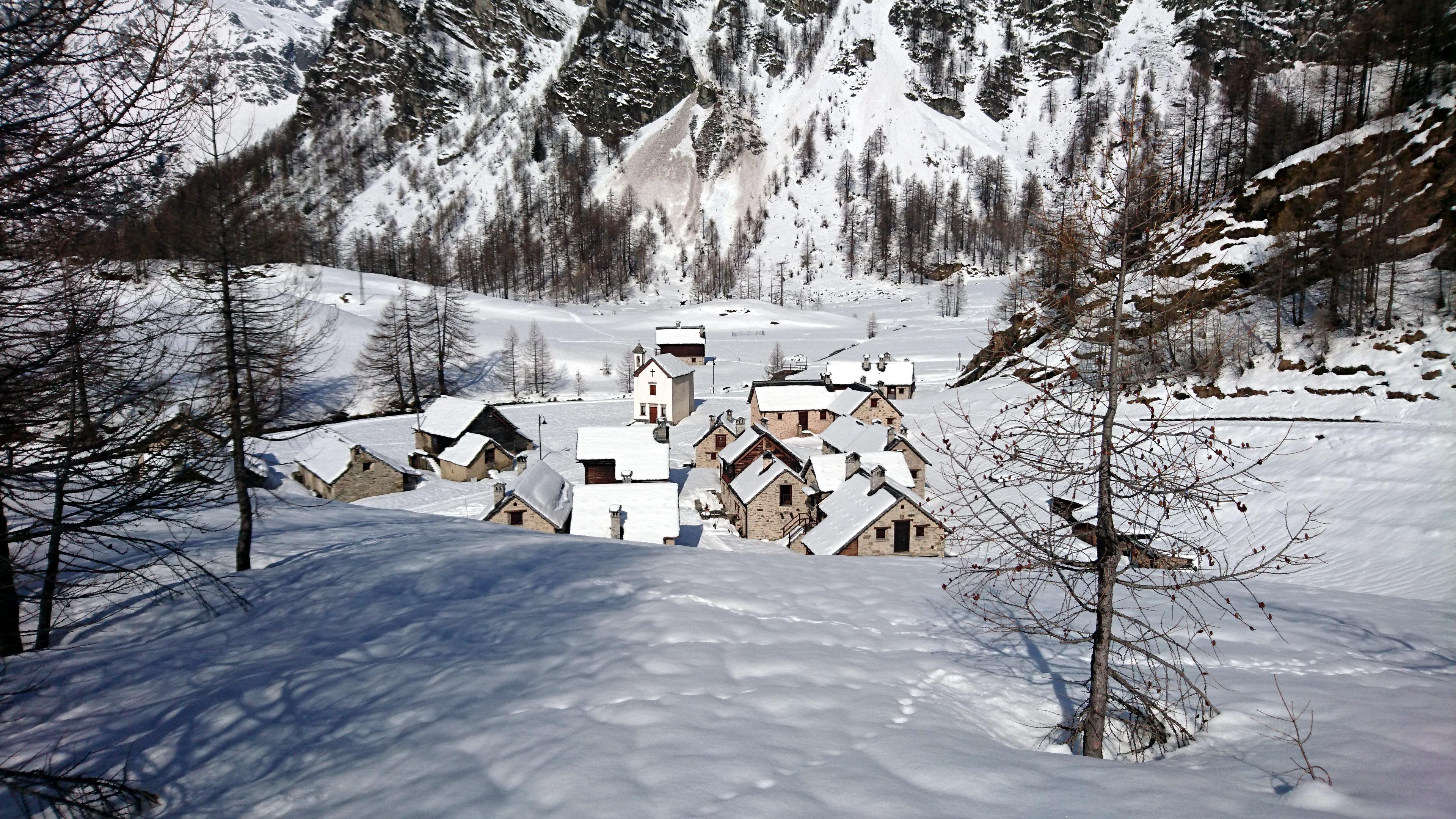 Il mini borgo di Crampiolo visto dall'alto