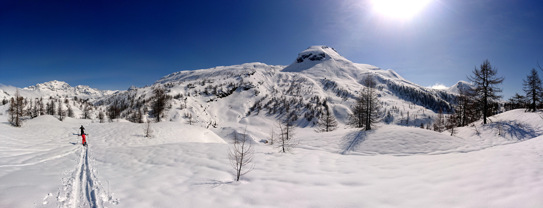 Il monte Cobernas e alla sua sinistra la punta che raggiungeremo oggi. Sopra ad un bel panettone con sciabilità ai limiti della goduria