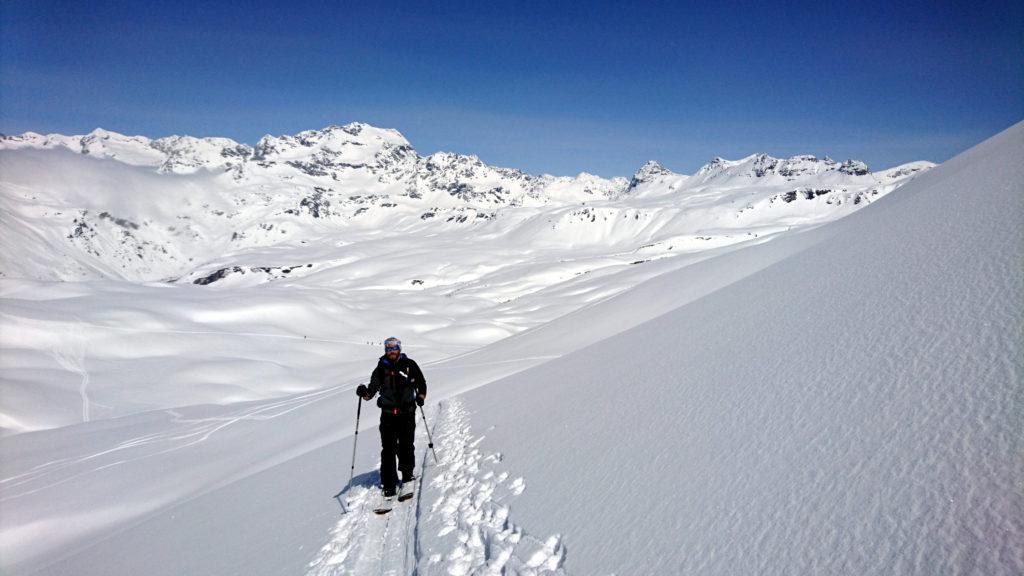 Il Niggah in risalita verso la vetta con sullo sfondo il mare di neve che ci accompagna oggi