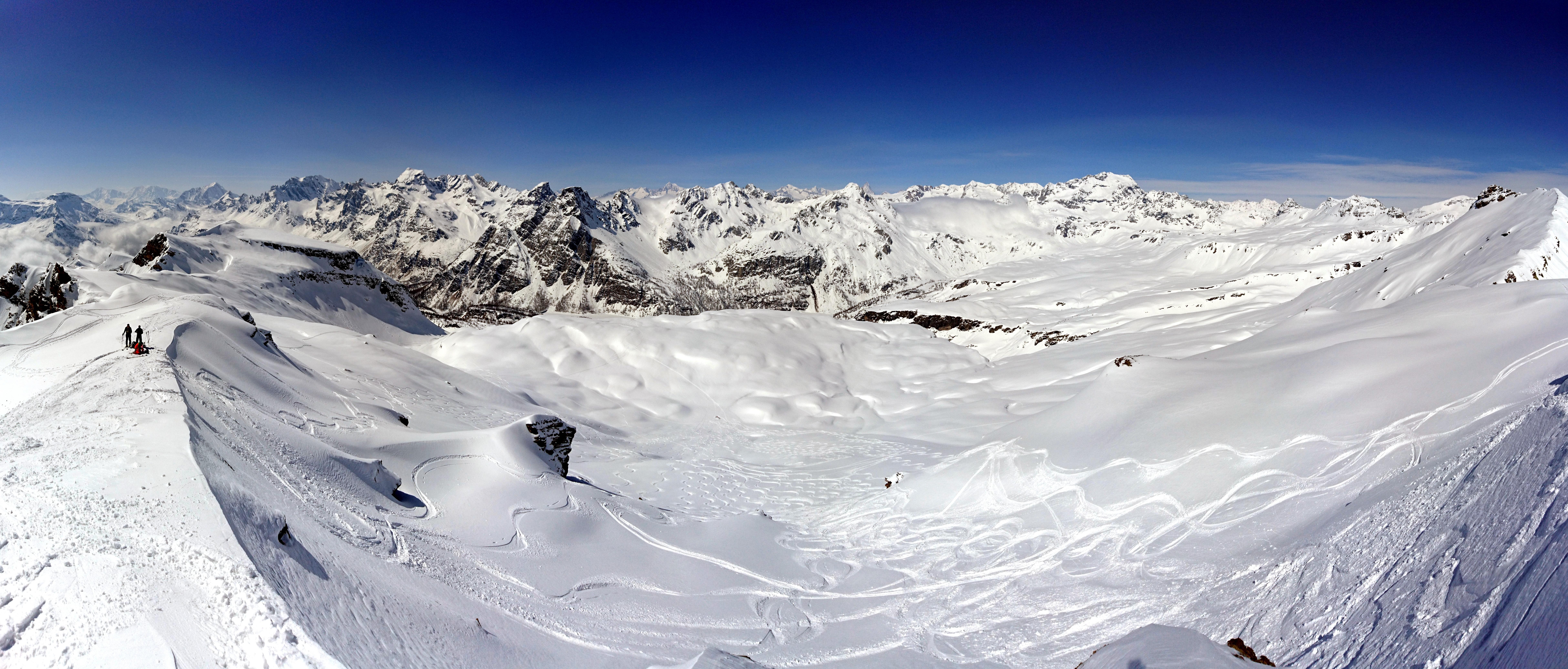 Panorama a 180° guardando verso valle. Da dove scenderemo. Questo pendio è una libidine assoluta, per la pendenza perfetta e per la neve polverosa che ci attende