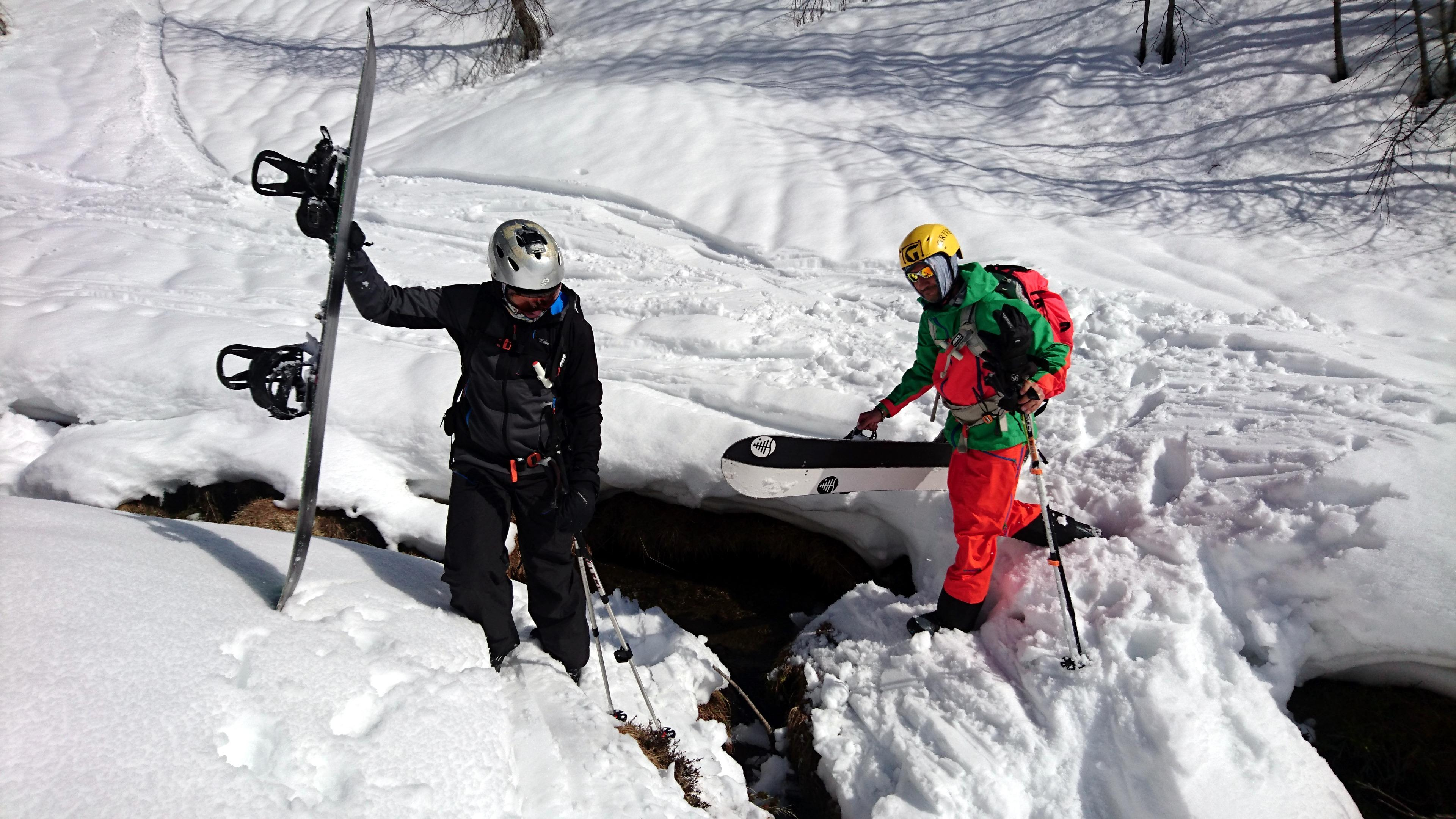 Dopo una lunga (ed errata) discesa tra boschetti ripidi e neve pappa, arriviamo dalla parte sbagliata del torrente che dovremo guadare. Chi con gli sci ai piedi.....e chi no........ :P