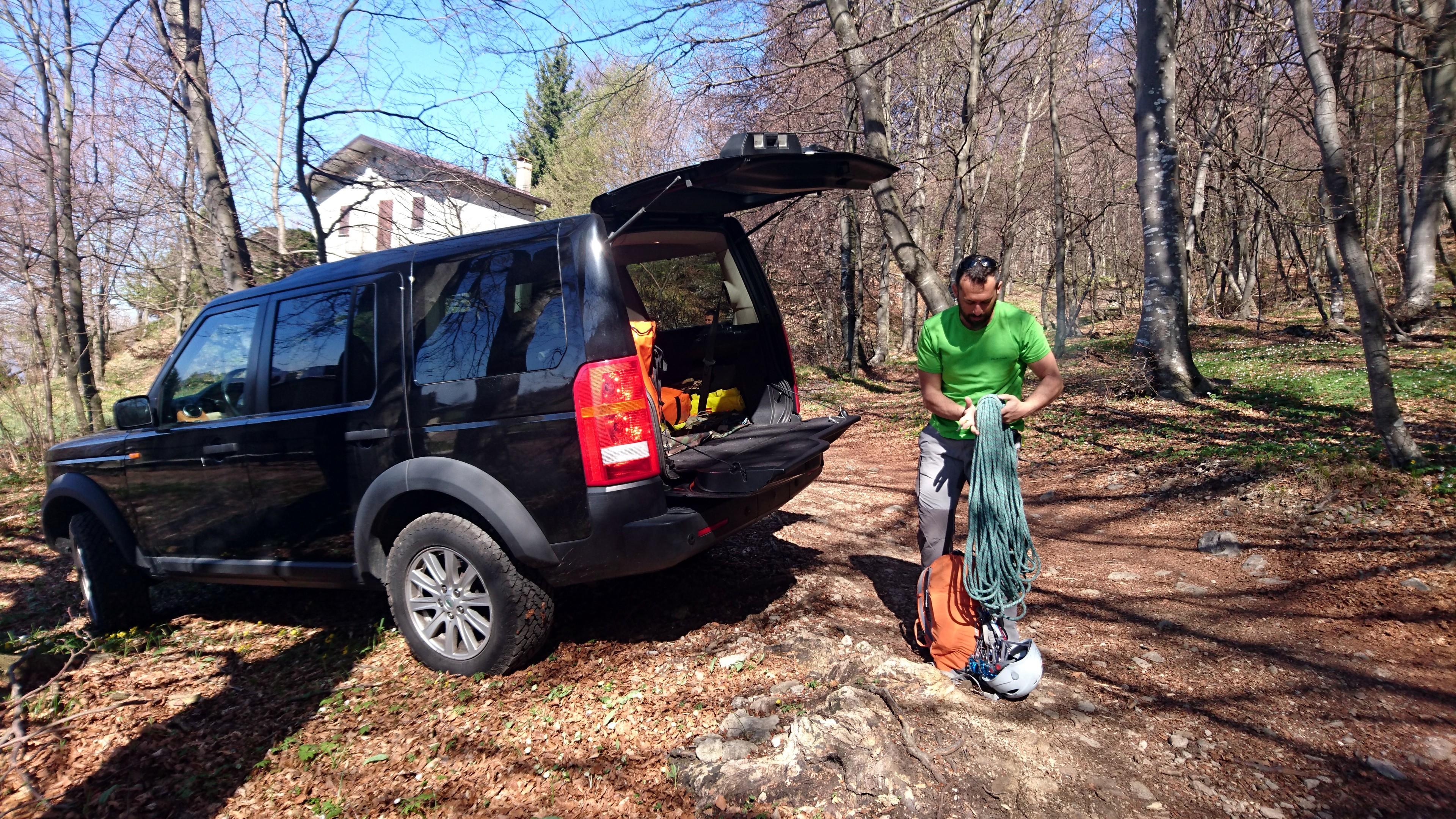 Arriviamo al parcheggio verso le 10:30 e facciamo cernita dell'attrezzatura che ci servirà in scalata