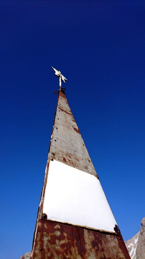 La piramide di vetta che spara verso il cielo