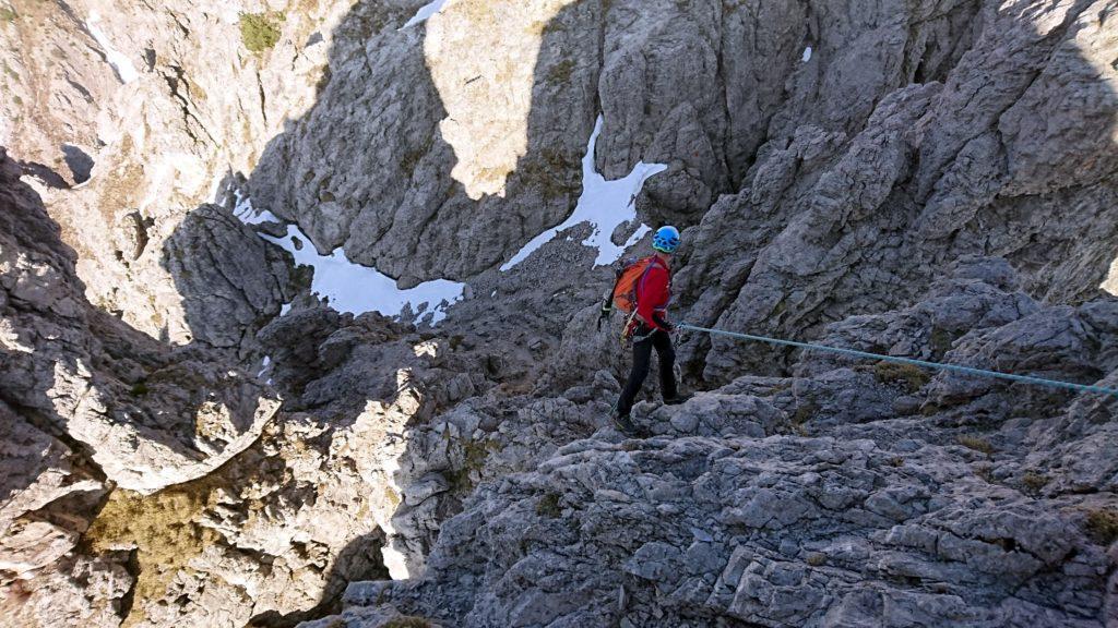 Il Gallo in calata. Si scende con corda per trenta metri e poi si disarrampica su facili roccette fino alla neve