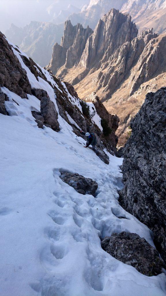 La discesa si è rivelata brutta e pericolosa a causa di un insaspettato strato di neve dura che dava verso il vuoto